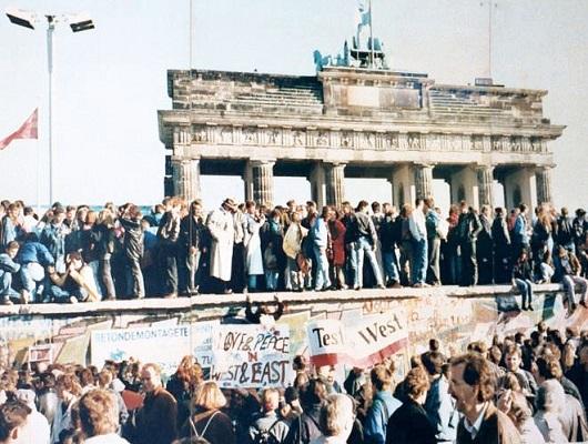 Wiedervereinigung: Am 9. November 1989 feiern tausende Menschen auf der Mauer ihre Freiheit.