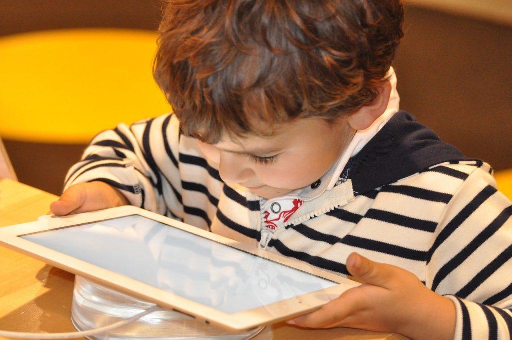 Wie lange darf das Tablet an sein? Klare Regeln und Mediengutscheinen helfen, Diskussionen zu vermeiden