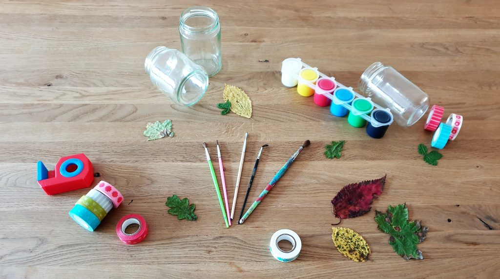 Materialien für ein Windlicht (Upcycling): Gläser, Blätter, Acrylfarbe.